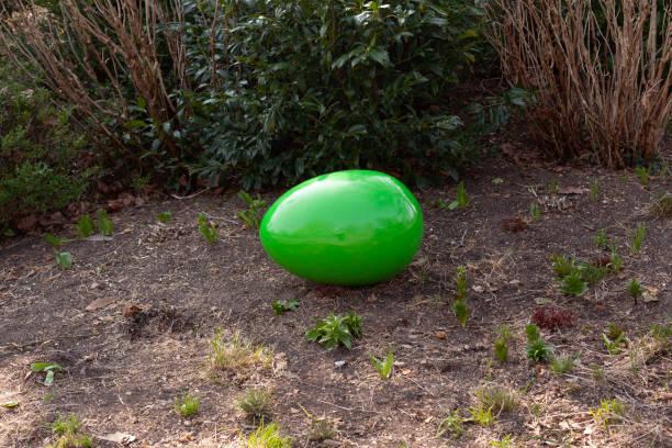 huevo de pascua gigante - lunes de pascua fotografías e imágenes de stock
