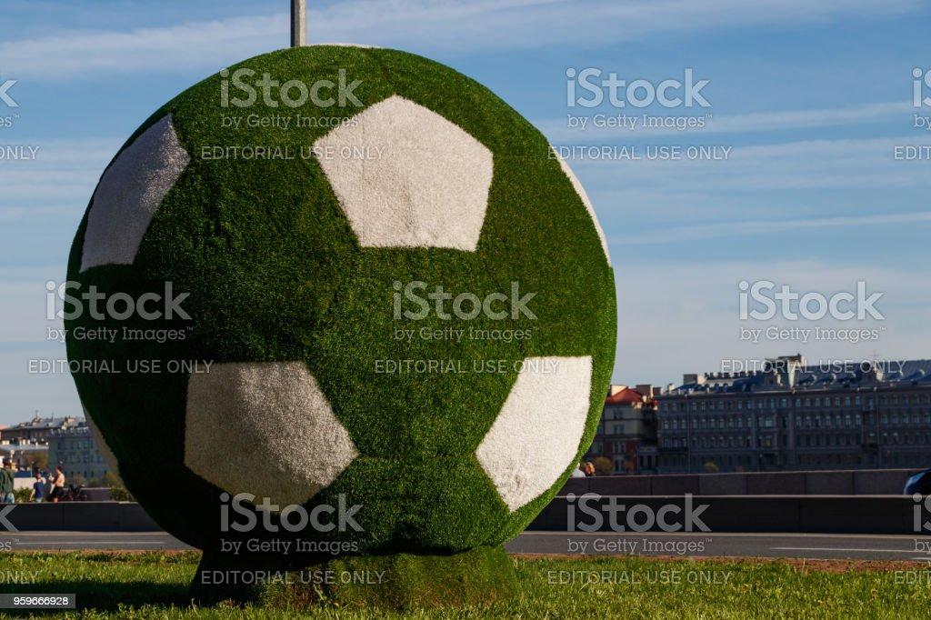 Decoración De La Bola Gigante De Fútbol Verde De La Ciudad