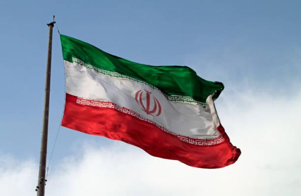 riesigen iranischen flagge im wind - iranische stock-fotos und bilder