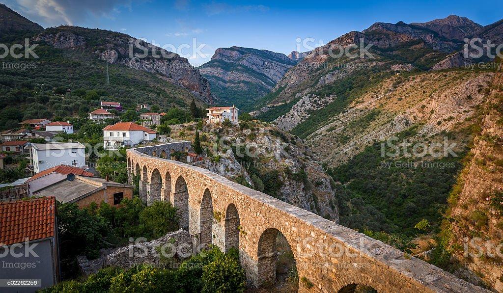 Giant medieval puente de piedra en las montañas - foto de stock