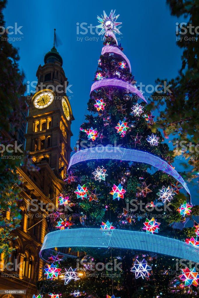 Openbare gigantische kerstboom tentoongesteld, Martin Place, Sydney, Australië foto