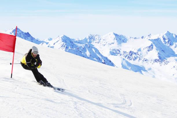 riesenslalom ski racer - skirennen stock-fotos und bilder