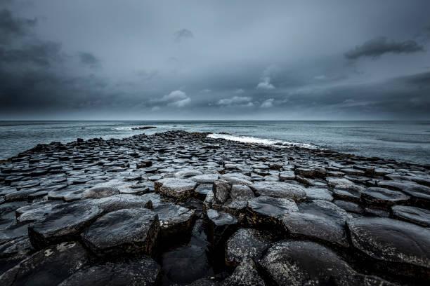 giants causeway, northern ireland famous giants causeway stones infinity horizon over the atlantic ocean in northern ireland, europe. volcano stock pictures, royalty-free photos & images