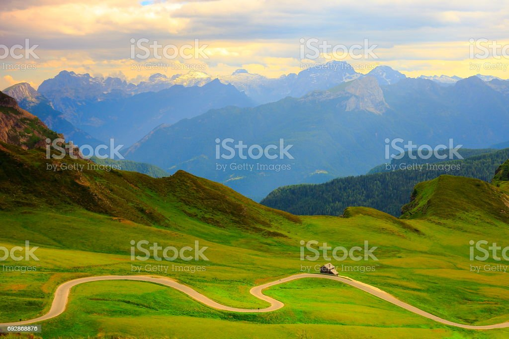 Giau Pass – Idyllic Mountain pass road in Northern Italy Dolomites alps at sunset, near Cortina d'Ampezzo - foto stock