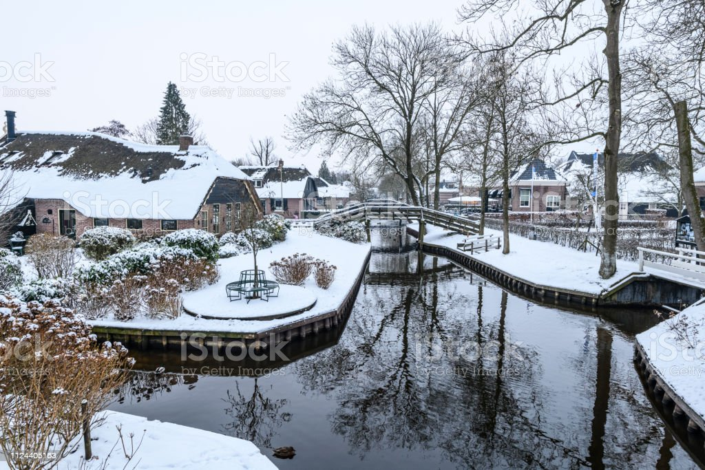 Giethoorn village with the canals with snow during a cold but...