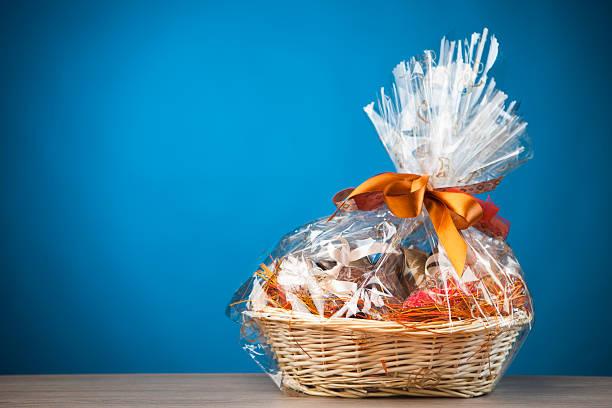 gift basket - sepet stok fotoğraflar ve resimler