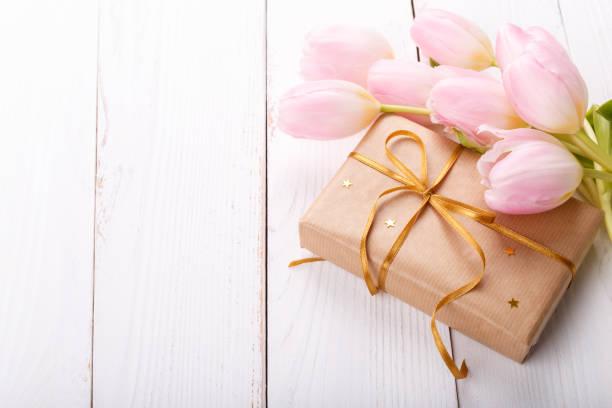 Geschenk-Box und rosa Tulpen – Foto