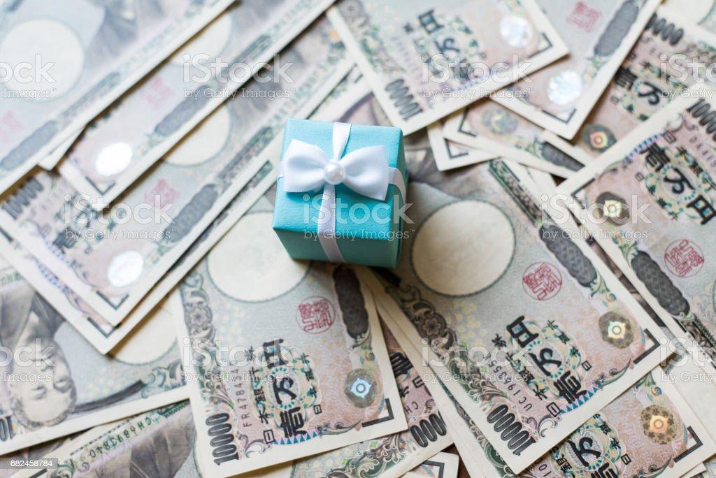 Geschenk-Box und zehntausend Yen Rechnungen Lizenzfreies stock-foto