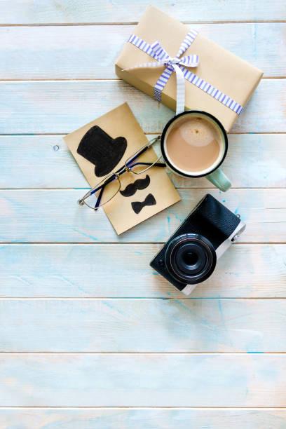 geschenk-box-komposition mit stellt für den menschen - geburtstagsgeschenk für papa stock-fotos und bilder
