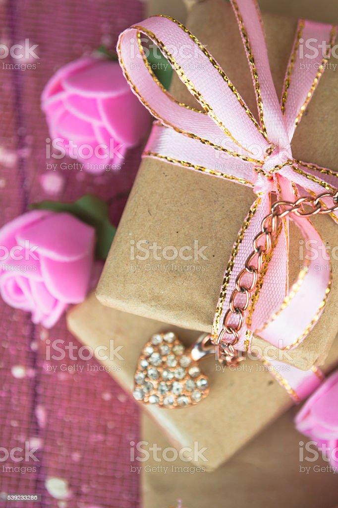 Caja de regalo decoración. Envueltas en papel pergamino foto de stock libre de derechos