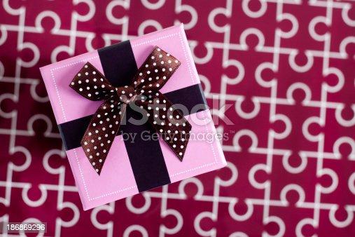 507751629 istock photo gift box 186869296