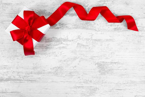 gift box  - günstige weihnachtsgeschenke stock-fotos und bilder