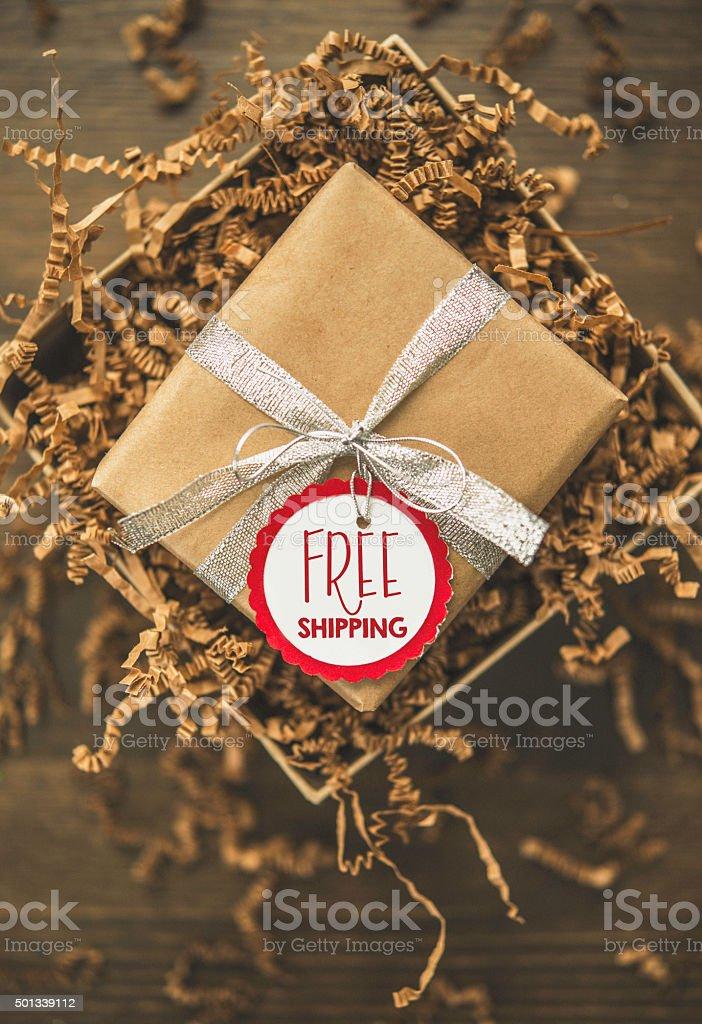 Caja de regalo listo para ser enviada con etiqueta de envío - foto de stock