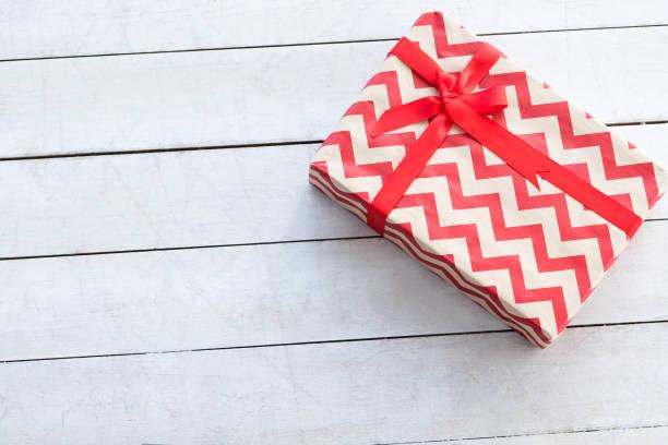 geschenk box rot chevron weißen hintergrund vorhanden - chevron geburtstag dekorationen stock-fotos und bilder