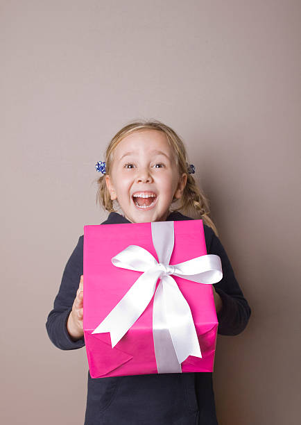 geschenk box überraschung - kinder verpackung stock-fotos und bilder
