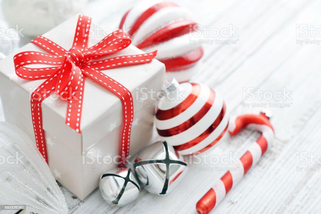 Gift box with christmas decorations photo libre de droits