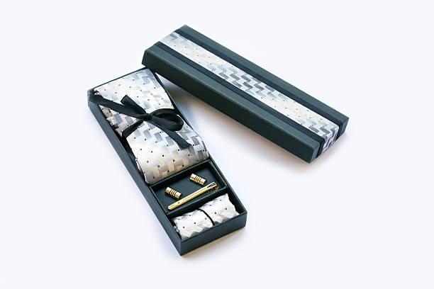 geschenk-box und manschettenknöpfe, krawatte und fliege clip, taschentuch. - krawattennadel stock-fotos und bilder