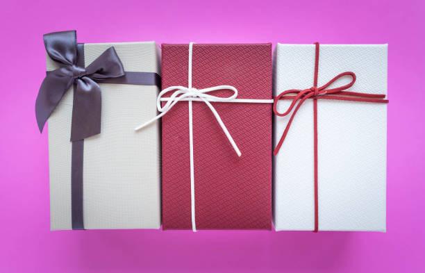 Geschenk-Box mit Band Schleife isoliert auf rosa Hintergrund – Foto