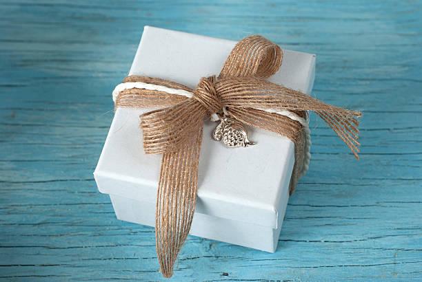 geschenkbox mit schleife - geschenk zur taufe stock-fotos und bilder