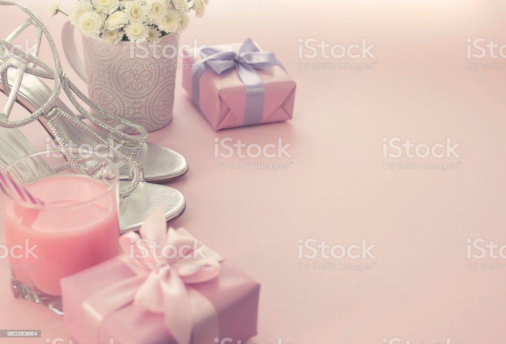 Gift box with satin ribbon bow for women Flowers Buy Shoes a Glass of Cocktail. - Zbiór zdjęć royalty-free (Biały)