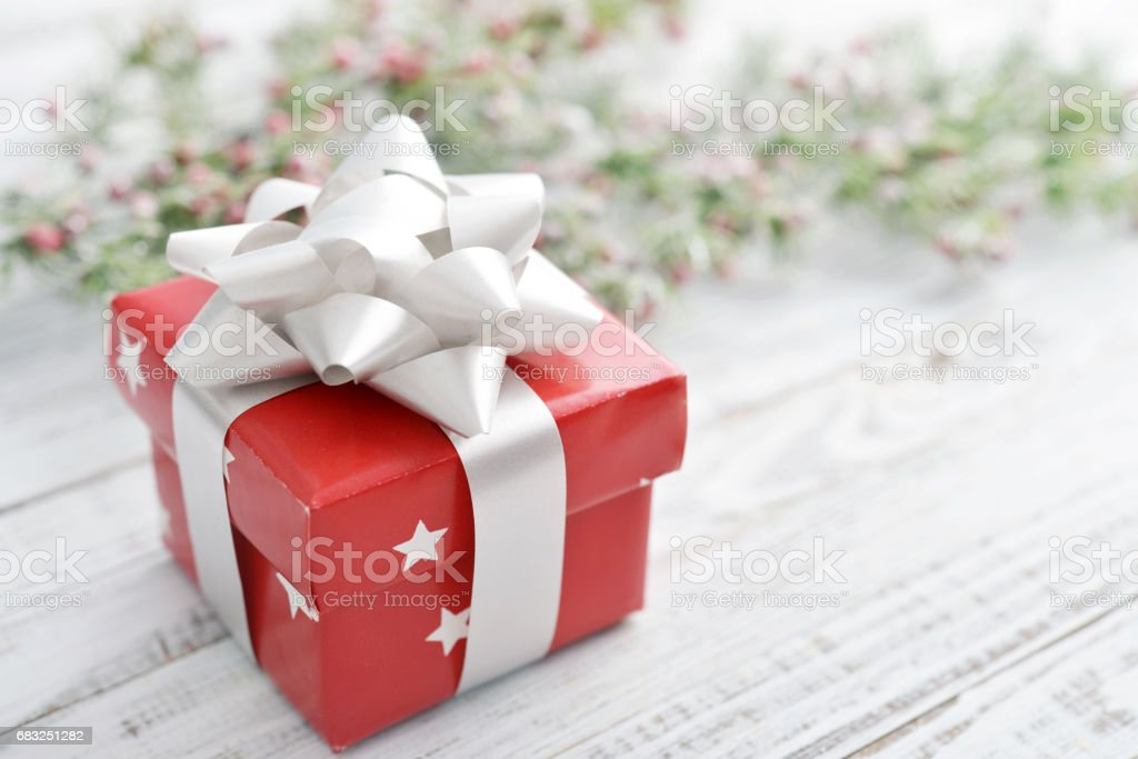 Gift box with silver ribbon Lizenzfreies stock-foto