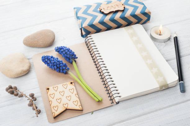 geschenkbox mit handgemachten tag - do it yourself invitations stock-fotos und bilder