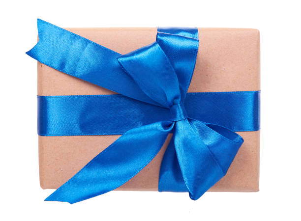 De doos van het gift die met bruin document wordt verpakt. Geïsoleerd. foto
