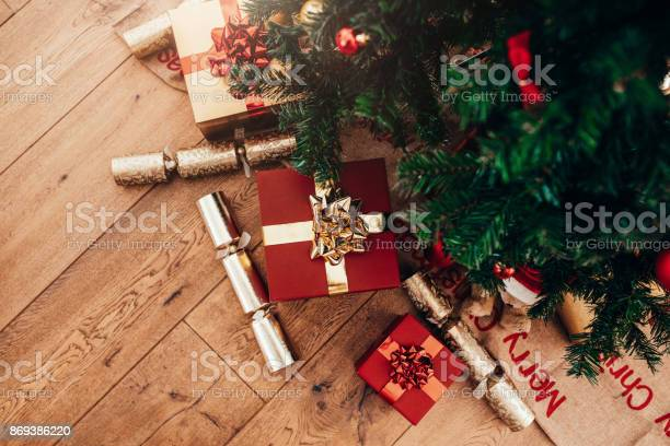 Gift boxes and christmas crackers placed beside christmas tree picture id869386220?b=1&k=6&m=869386220&s=612x612&h=ckkicm2 uqwuq4srzqetlkhr7bsht6nlnwwckfjtevo=