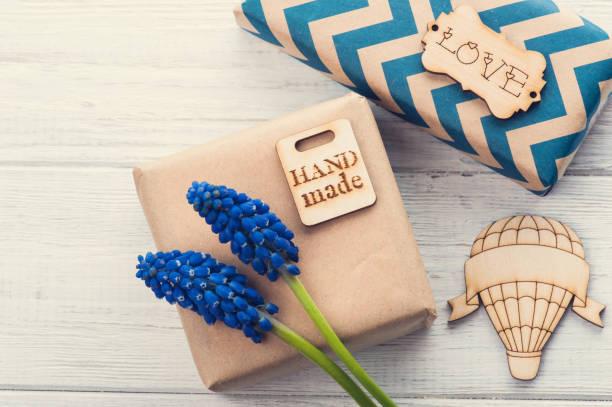 geschenk-boxen mit tag liebe - chevron geburtstag dekorationen stock-fotos und bilder