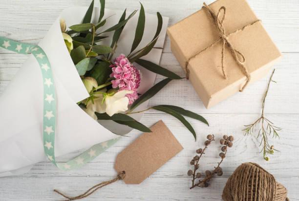 geschenk-boxen mit tag - do it yourself invitations stock-fotos und bilder