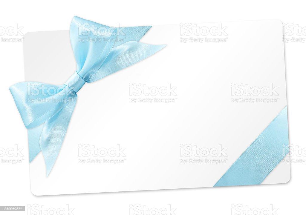 Cartão de presente azul com fita de laço isolado no fundo branco - foto de acervo