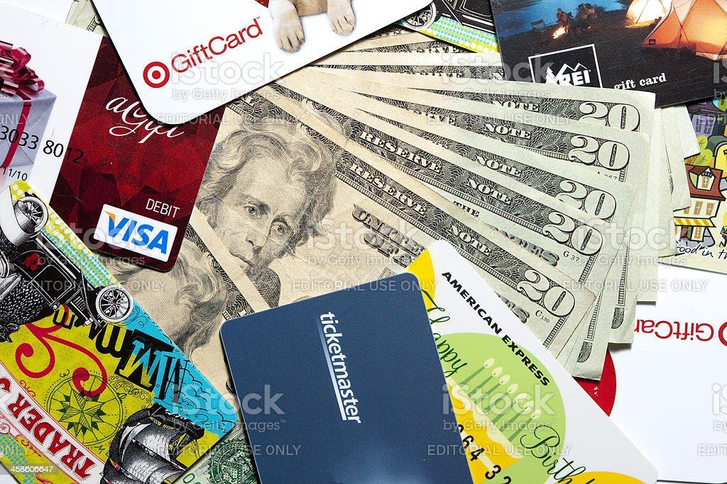 Tarjetas de regalo y dinero - foto de stock