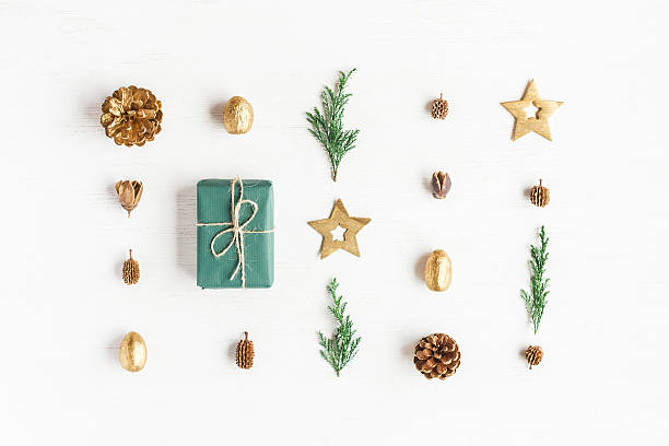 gift, christmas decoration, cypress branches, pine cones. flat lay - papier weihnachtsschmuck stock-fotos und bilder