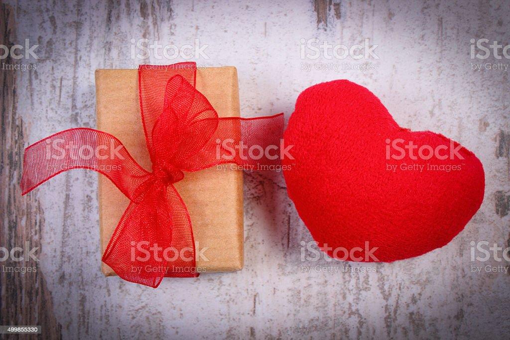 Regalo Per San Valentino E Cuore Su Un Tavolo Di Legno Fotografie Stock E Altre Immagini Di Amore Istock
