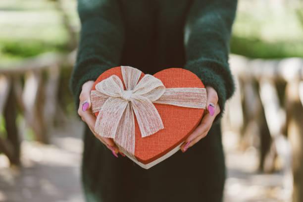 ギフトを - バレンタインデー ストックフォトと画像
