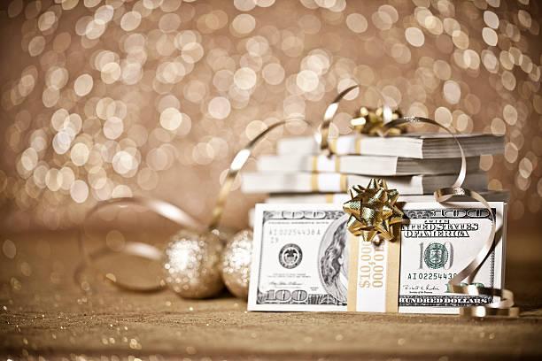 подарок деньги в отношении не в фокусе фон с рождественские огни - dollar bill стоковые фото и изображения