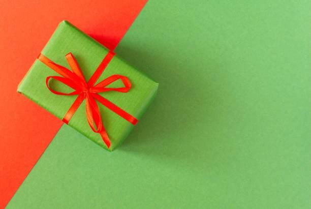 geschenk auf farbigen papieren - do it yourself invitations stock-fotos und bilder