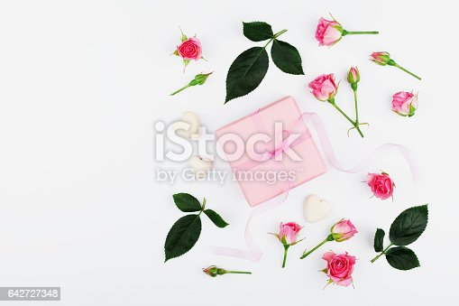 825251738istockphoto Gift or present box and pink rose flower. Greeting concept. 642727348