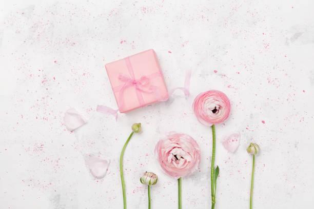 geschenk oder geschenkbox dekoriert wachsenden ranunkeln blumen. gruß mock-up konzept. flache laien stil. - hochzeitsbox stock-fotos und bilder
