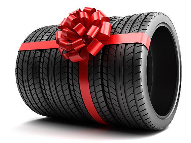 geschenkset von reifen eingewickelt ribbon und bogen isoliert - autoschleifen stock-fotos und bilder