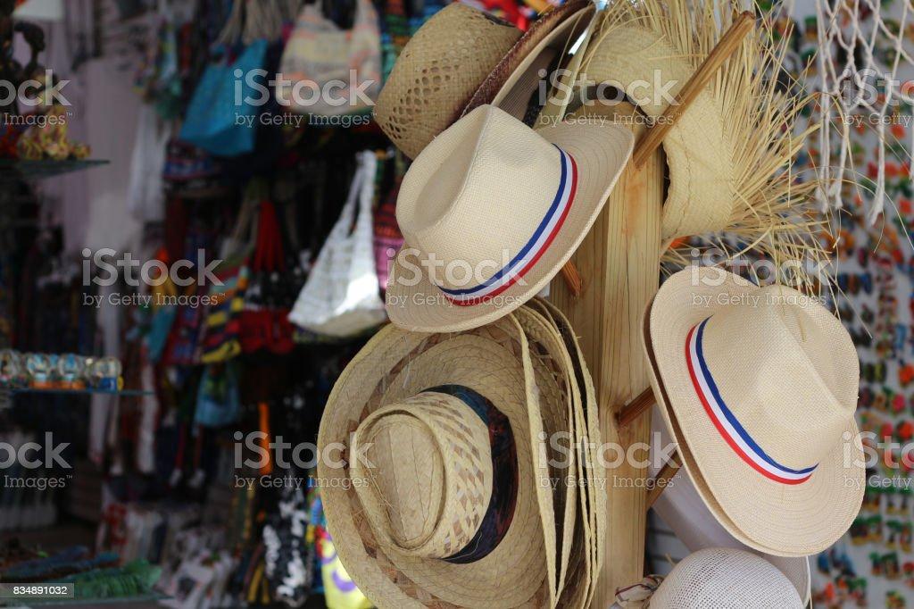 Tienda de regalos en un mercado de playa - foto de stock