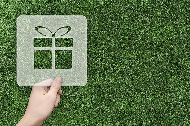 gift symbol message box with green grass background - sprüche zum firmenjubiläum stock-fotos und bilder