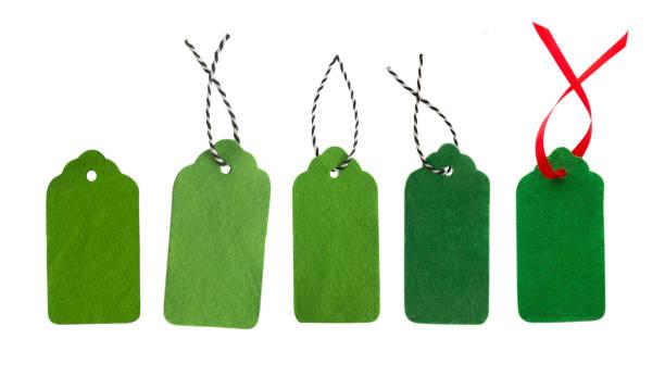 geschenkanhänger von grünen farben. verkaufsetiketten. preis-tags. - filzunterlage stock-fotos und bilder