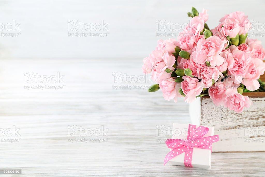 Geschenk mit Blumen – Foto