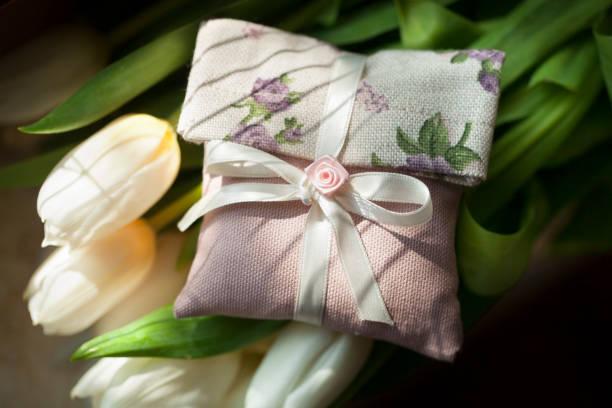geschenk mit tulpen - geschenk zur taufe stock-fotos und bilder