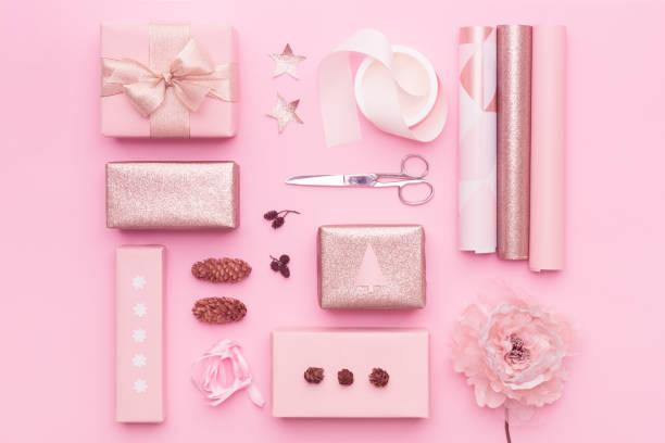 Geschenkverpackung. Rosa nordische Weihnachtsgeschenke isoliert auf Pastell rosa Hintergrund. Umhüllt xmas boxen Layout. – Foto