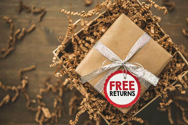 giftbox listo para ser enviada con lengüeta de devoluciones - llegada fotografías e imágenes de stock