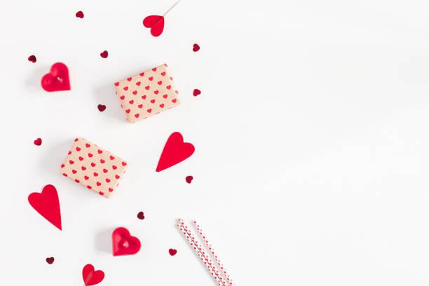 geschenke, kerzen, konfetti. valentinstag hintergrund. flach legen, top aussicht - filzunterlage stock-fotos und bilder