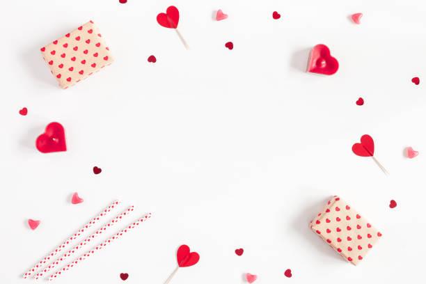 geschenke, kerzen, konfetti. valentines day. flach legen, top aussicht - filzunterlage stock-fotos und bilder