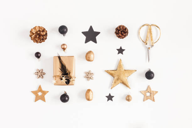 gåvor, juldekorationer på vit bakgrund. platt lekmanna, top view - christmas decoration golden star bildbanksfoton och bilder